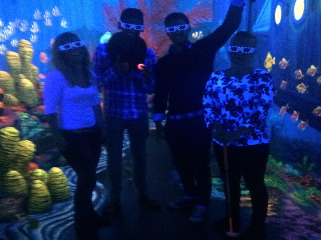 Mit der Gruppe zum Minigolf ins Schwarzlichtviertel